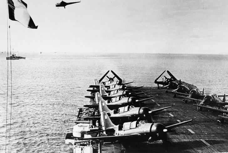 Sikorsky sobrevolando un portaviones
