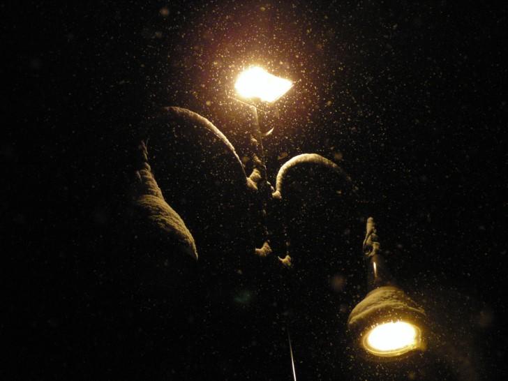 Lampara con nieve en la noche