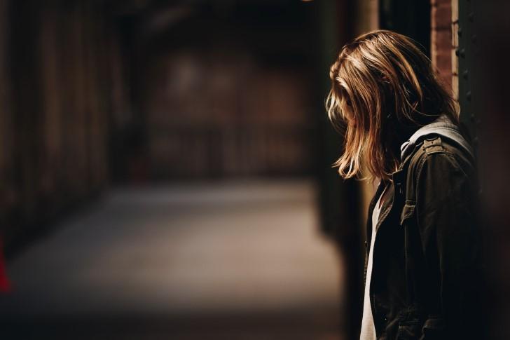 mujer solitaria y triste