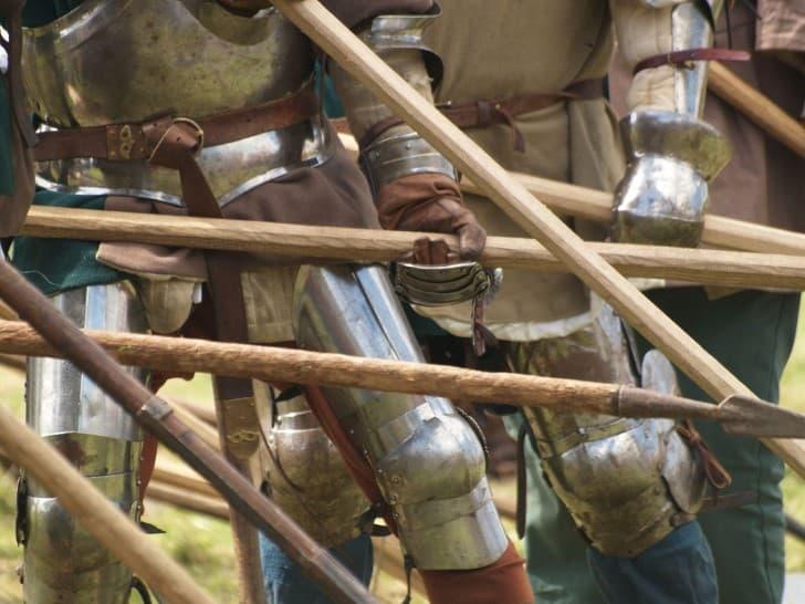 guerreros levantando las picas