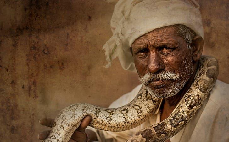 hombre serpiente en el cuello