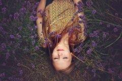 mujer dormida entre las flores