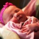 bebe pequeña vestida de rosa