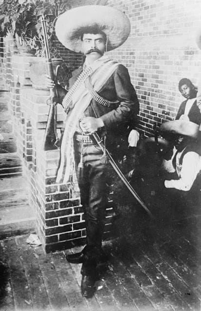 emiliano zapata en uniforme