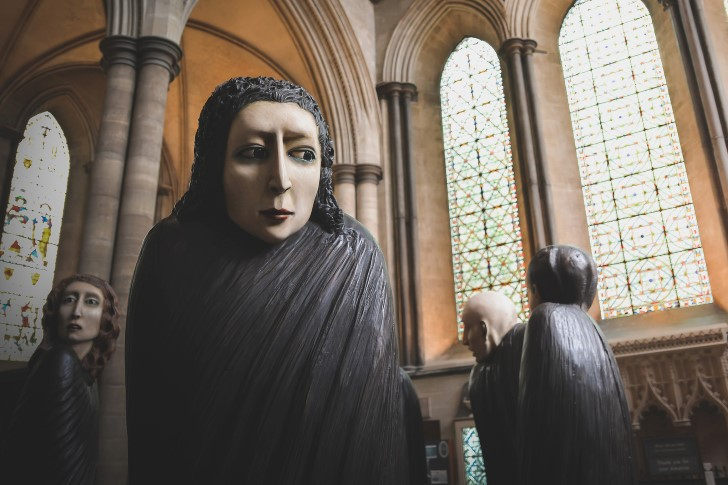 escultura mujer vestida de negro rustica