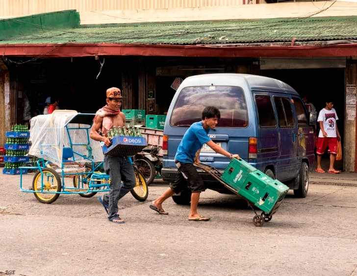 filipinos transportando botellas de pepsi