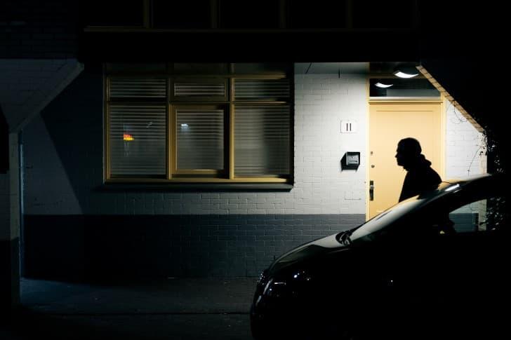 hombre a oscuras en un estacionamiento