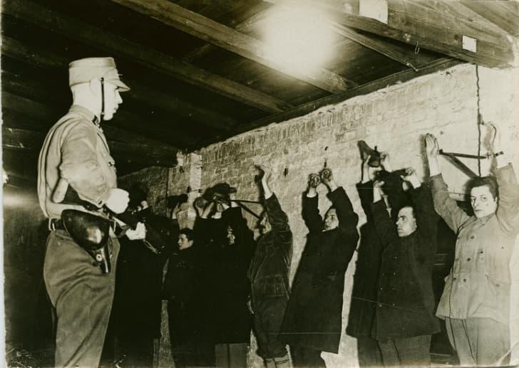 la SA arresta a comunistas en berlin