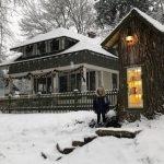 Obligada a cortar un árbol muerto, mujer lo convirtió en una pequeña librería