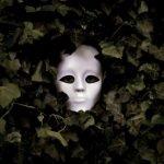 mascara entre los matorrales