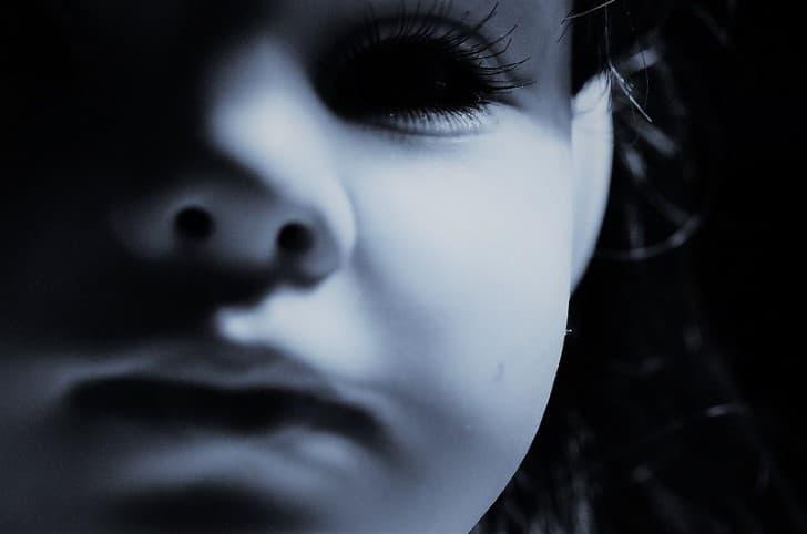 muñeca de ojos negros