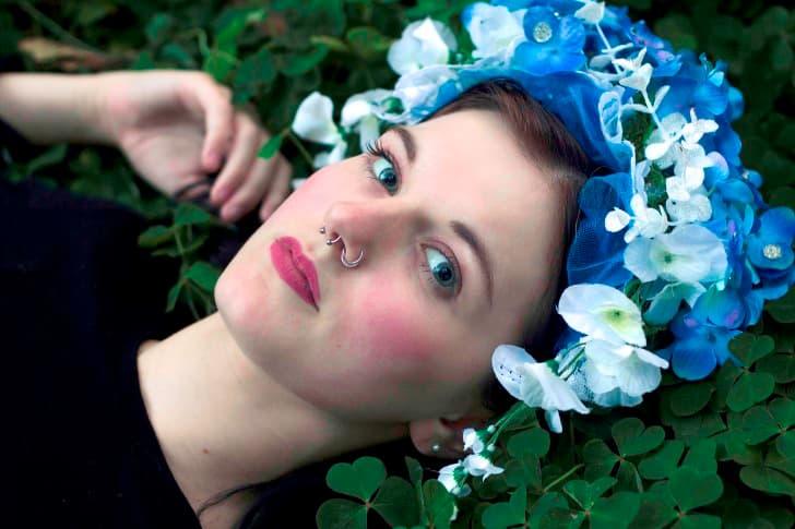mujer con tocado para el cabello de flores azules y blancas