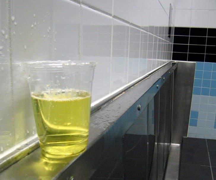 orina en el baño