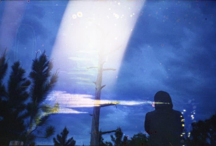 silueta mujer en la noche
