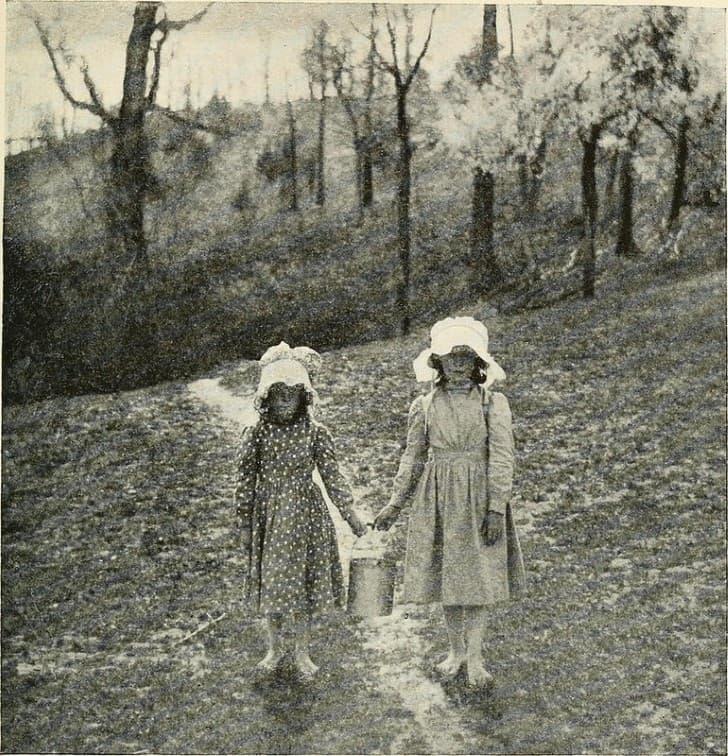 dos chicas en el bosque
