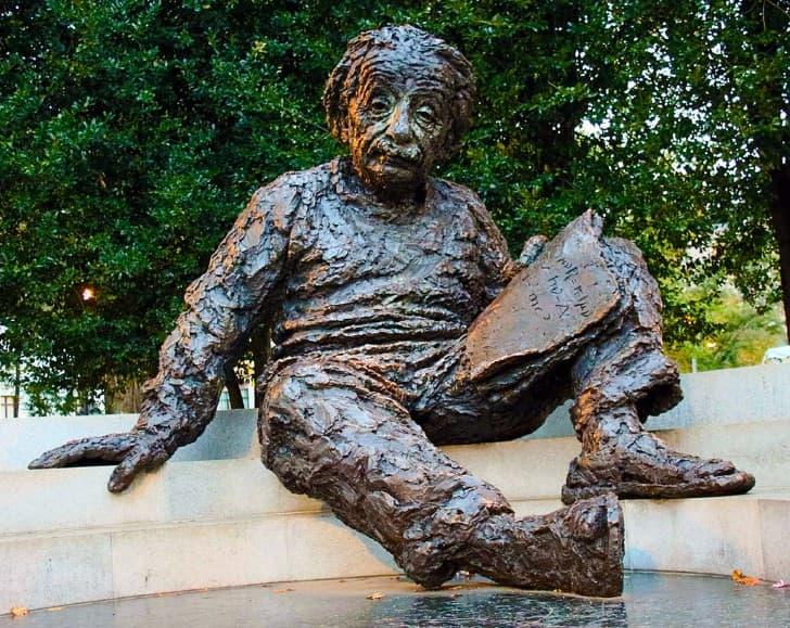 estatua fuente figura de Einstein