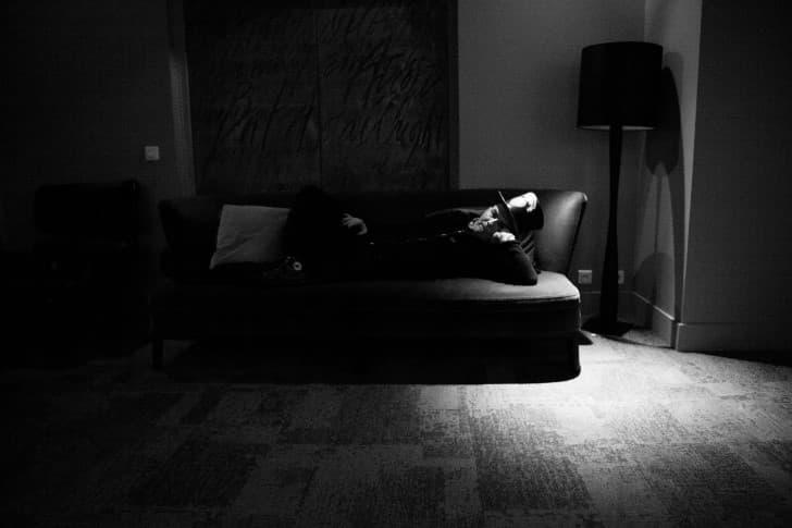 hombre recostado en sofa