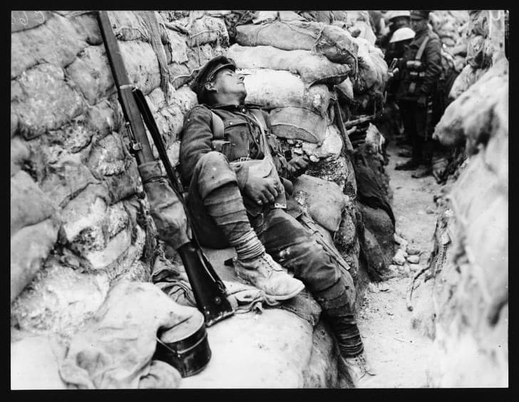 soldado dormido en las trincheras