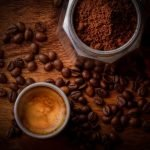 taza de cafe granos y cafe molido