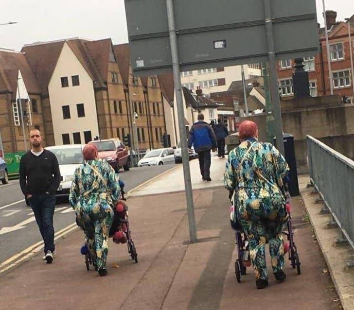 ancianas vestidas igual