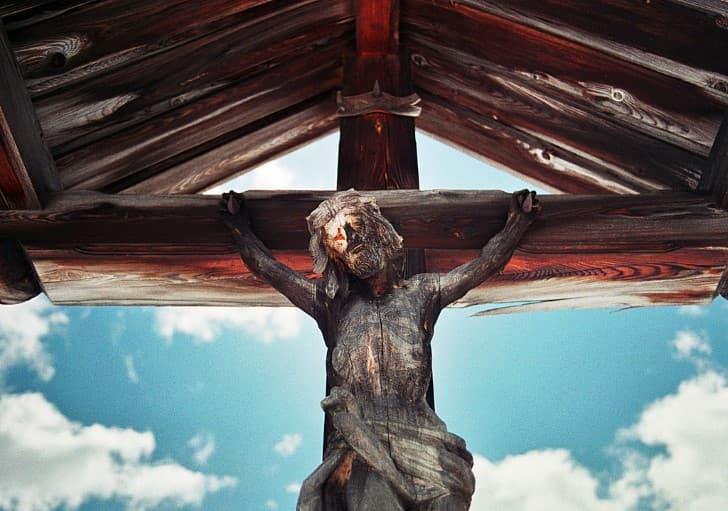cristo de madera en la cruz
