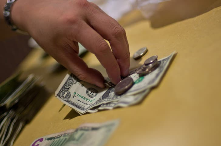 dolares sobre una mesa