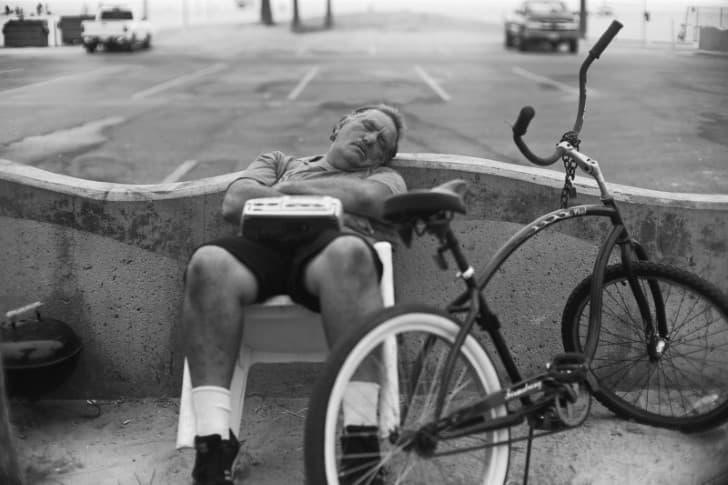 hombre dormido por la tarde