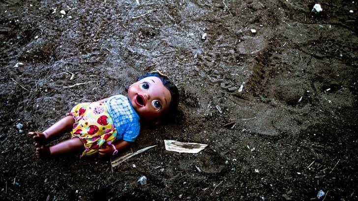 muñeco feo sobre la tierra