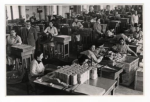 mujeres laborando en una fábrica