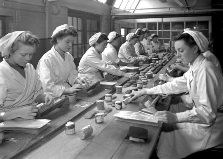 mujeres trabajando en la elaboracion de galletas