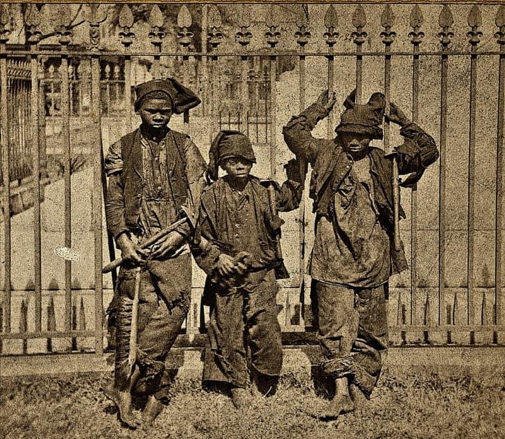 tres jovenes limpiadores de chimeneas