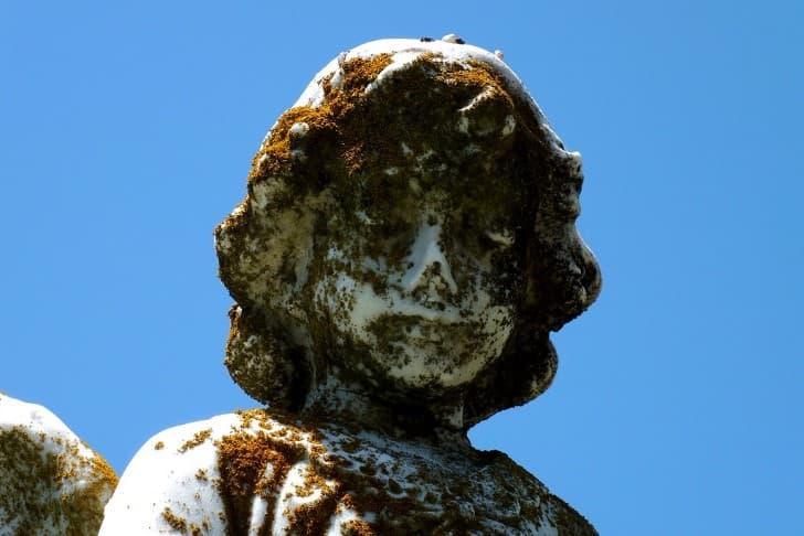 escultura cementerio envejecida