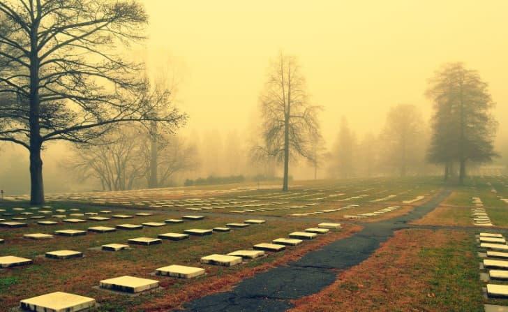 lapidas en un cementerio
