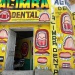 Las curiosas fachadas con rótulos y murales en Somalia