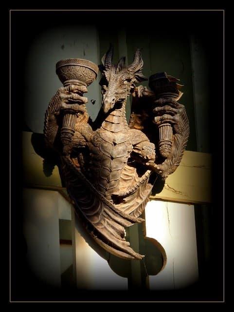 resptiliano estatua