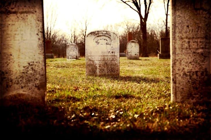 lapida en un cementerio