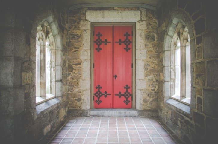puerta de un monasterio