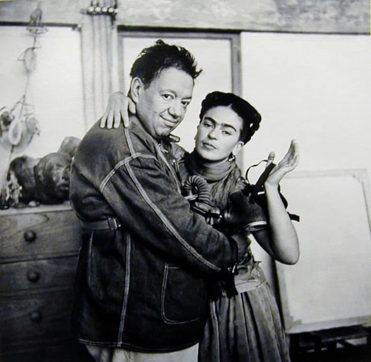 Frida Kahlo y Diego Rivera abrazados