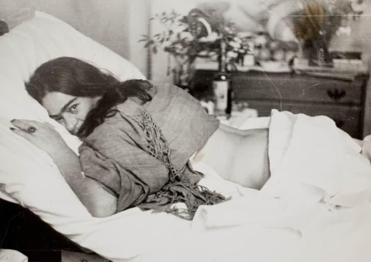 Frida fotografiada en la cama por Nickolas Muray