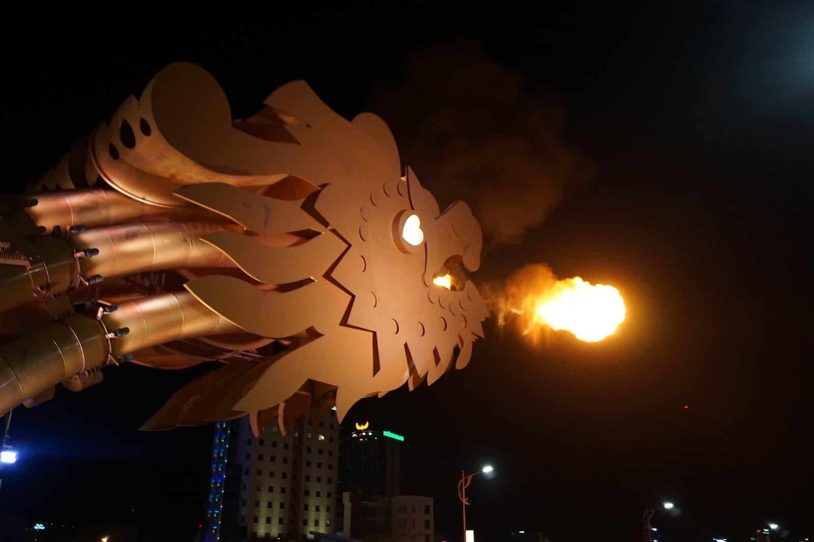 cabeza dragonh puente da nang escupiendo fuego