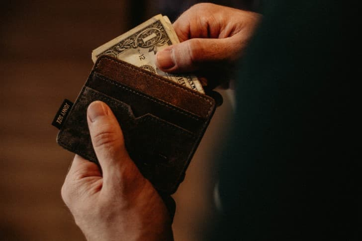 cartera llena de dolares