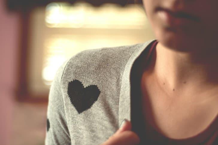 chica con camiseta de corazon