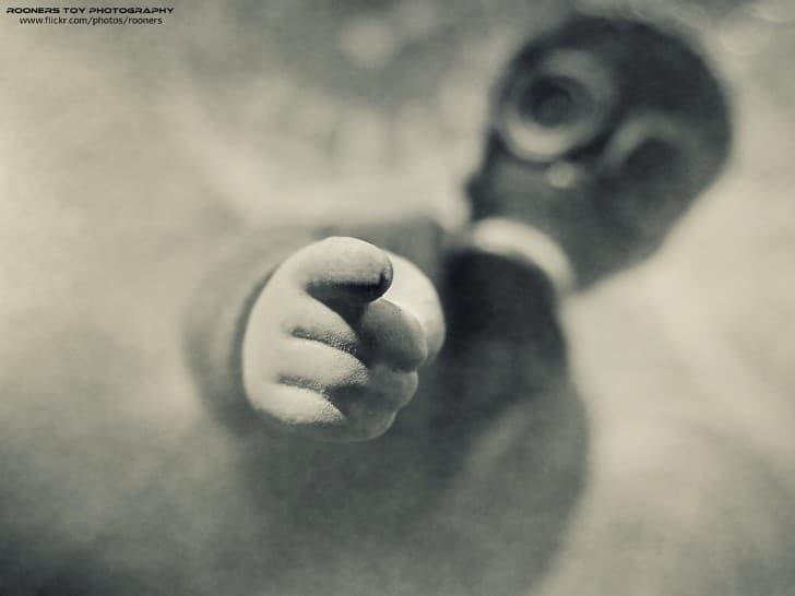 el emisario apuntando con el dedo