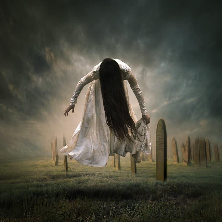 el fantasma de una novia vestida de blanco en un cementerio