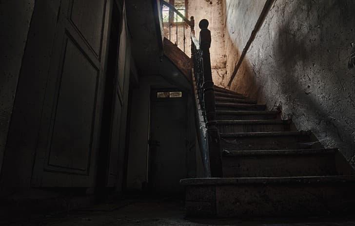 escaleras oscuras en edificio antiguo atmosfera terror