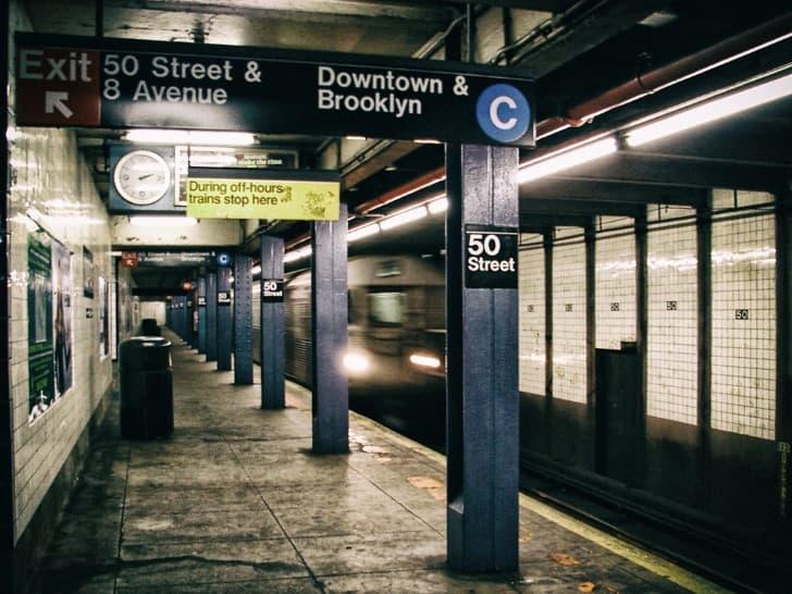 estacion del metro vacia por la noche