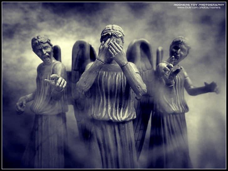 estatuas acusando