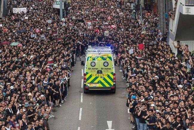 manifestacion ejemplar en hong kong ambulancia circulando