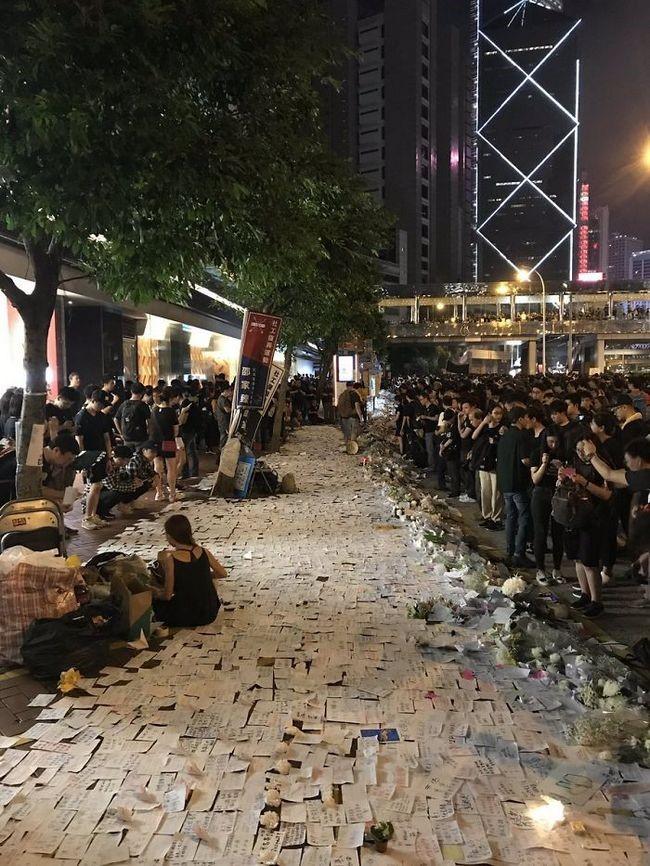 manifestacion ejemplar en hong kong papeles sobre calzada