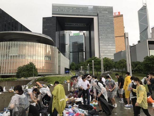 manifestacion ejemplar en hong kong personas limpiando